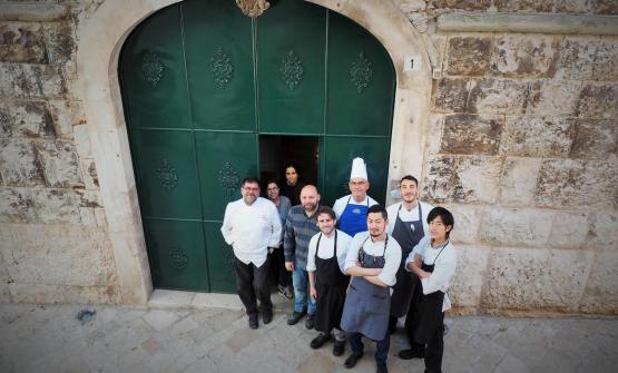 Angelo Sabatelli con la sua brigata, davanti al palazzo in cui sorge ilnuovo ristorante(foto di Sonia Gioia)