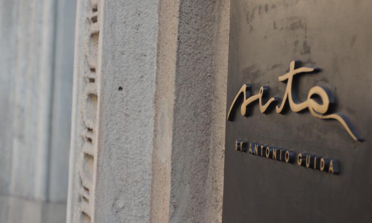 La placca del ristorante Seta del Mandarin Oriental hotel, doppio ingresso davia Andegari 9 evia Monte di Pietà 18 a Milano, telefono +39.02.87318897. Aperto nell'agosto di quest'anno, l'insegna del puglieseAntonio Guida ha ottenuto appena adesso, in tempi record, la prima stella Michelin(testo e foto di Sonia Gioia)