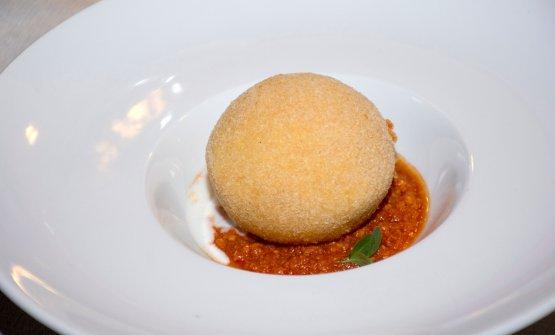 Palla di mozzarella ripiena di arancino diRosanna Marziale