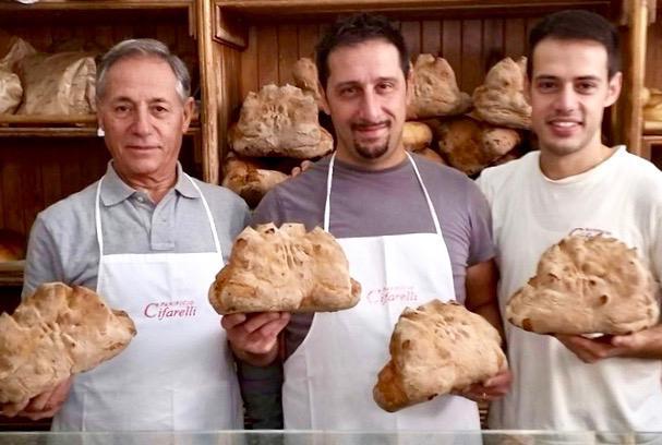 Massimo Cifarelli èil giovane a destra, nel panificio di famiglia con il padre e il fratello Antonio