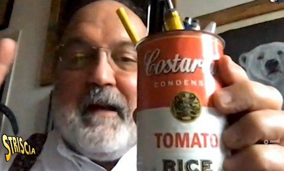 Paolo Marchi mostra ai fratelli Costardi la sua lattina di Risotto al pomodoro, usata secondo copione come portapenne