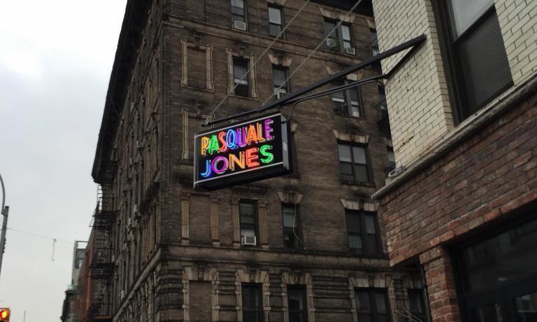 Un'insegna tipicamente newyorkeseindica questo nuovo locale di Nolita, a Manhattan: Pasquale Jones. Sarebbe un errore considerarlo uno dei tanti ristoranti che provano a scimmiottare la cucina italiana