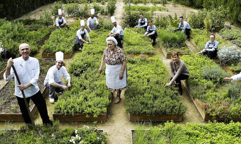 La squadra dell'Antica Osteria Cera fotografata nell'orto
