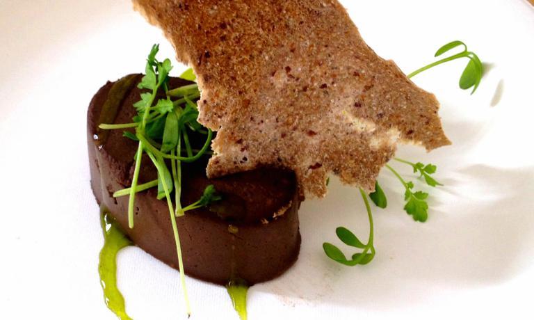 Patè di funghi, mela verde pressata al sedano, cracker di quinoa germinata e alghe, germogli di rapanello rosa, altro piatto in carta lunedì al Ratanà