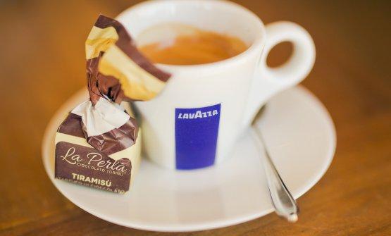 """Al termine caffèLavazzae Tiramisù Chocolate Truffle """"Viaggio in Italia Special Edition"""" byLa Perla di Torino"""