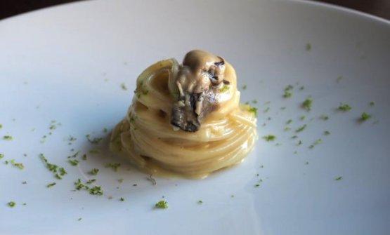 Spaghetti con burro affumicato, ostriche e bergamotto diMatteo Tagliapietra,chef del ristoranteLocaldi Venezia