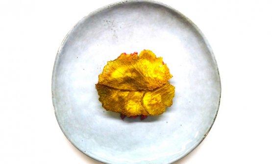 Pecora affumicata, latte d'aglio dolce, pinoli, verza, anice -Una portata che è bene inserire tra le prime portate del degustazione, perché alleggerisce e ripulisce il palato. La pecora è in tartare e arriva da Scanno, guarnita da una spuma d'aglio dolce di Sulmona. I pinoli vengono marinati in salvia e cavolo nero essiccato. Piatto più semplice, per moderare il percorso