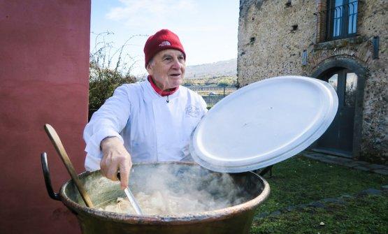 Saro Pennisi prepara le frittole