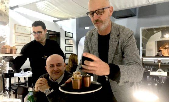 Franco Pepe e i primi fagottini all'ananas a Pepe in Grani lo scorso 16 gennaio a Caiazzo. Foto Paolo Marchi
