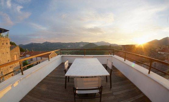 Il panorama che si gode al tramonto dalla terrazza di Pepe in grani, la pizzeria di Franco Pepe a Caiazzo in provincia di Caserta