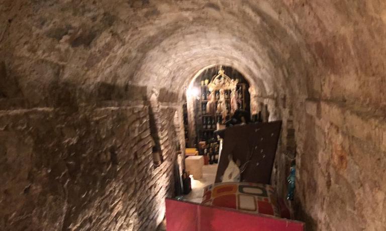 Un cunicolo particolarmente suggestivo oltre i tavoli e il bancone dell'osteria di Michele Alesiani a Cupra Marittima Alta (Ascoli Piceno)