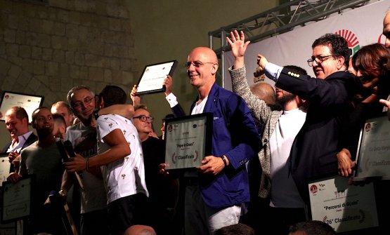 Franco Pepe sorride soddisfatto sul palco di 50 Top Pizza a Castel dell'Ovo a Napoli: la sua Pepe in grani a Caiazzo in provincia di Caserta è stata giudicata la migliore pizzeria dell'Italia intera