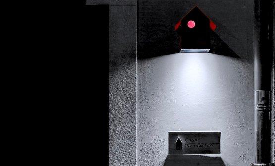 Una Imu di Groppi illumina l'insegna all'entrata di Casa Perbellini