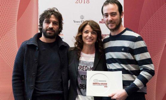 Matias Perdomo and Simon Press get the best chef of 2018 award from Elisabetta Serraiotto, marketing and communication manager at Consorzio Grana Padano