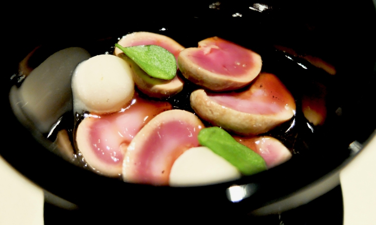 Rognoncini di coniglio, crema di anguilla di Cabras, gelato di aceto, diMatias Perdomo e Simon Press al Contraste di Milano