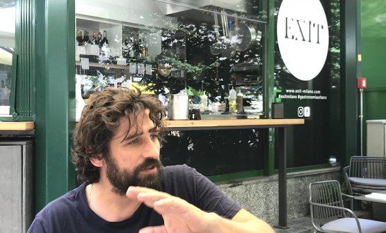 Matias Perdomo a un tavolino esterno di Exit in piazza Erculea a Milano