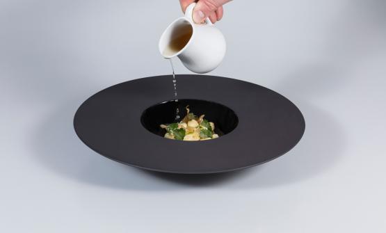 Perle di merluzzo in brodo di dashi, coriandolo, zenzero è la ricetta 2017 diAlessio Longhini, chef della Stube Gourmet di Asiago (Vi)