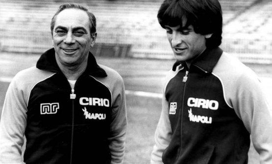 Bruno Pesaola, allenatore argentino del Napoli, con l'attaccante Ramon Diaz, argentino a sua volta, in gol nella trasferta dei partenopei in Georgia nel settembre 1982 per la Coppa Uefa