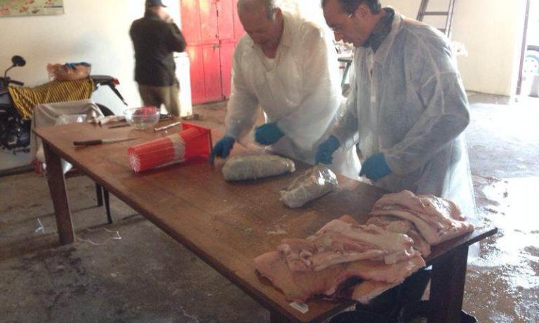"""I due """"clienti-norcini"""" al lavoro: in quattro giorni hanno """"trasformato"""" 540 kg di carne di maiale"""