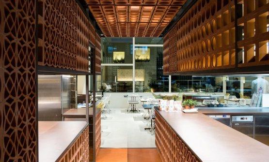 Sulla destra, la cucina; in mezzo, la sala; in fondo, il giardino d'inverno