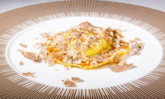 """Uovo in raviolo """"San Domenico"""", burro di malga, Parmigiano dolce e tartufo di stagione"""