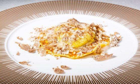 """Il miticoUovo in raviolo """"San Domenico"""" con burro di malga, parmigiano dolce e tartufo di stagione"""