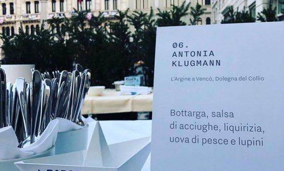 La postazione di Antonia Klugmann e, sotto, la chef intenta a impiattare il suoBottarga, salsa di acciughe, liquirizia, uova di pesce e lupini