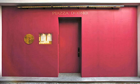 La mitica porta del Piazza Duomoad Alba