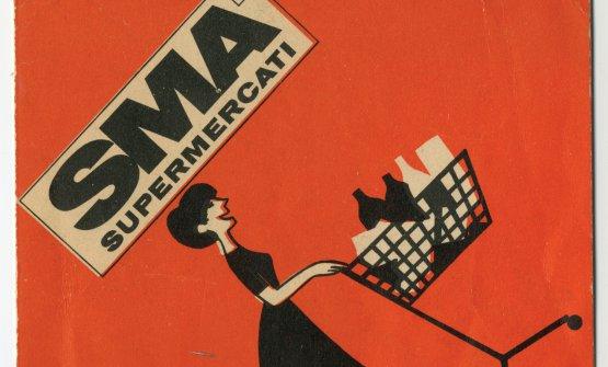 """Pieghevole pubblicitario Sma-Gruppo Rinascente, anni Sessanta.Nel 1956 la Standa apre a Napoli il primo reparto self-service di generi alimentari. Il 27 novembre 1957 la Supermarkets Italiani (sorta per iniziativa di Nelson Rockefeller, Bernardo Caprotti e Marco Brunelli) inaugura a Milano il primo supermercato di una catena oggi nota come Esselunga. Come dice lo slogan di Supermercati Alimentari (ossia Sma, 1961): """"La spesa si fa con il carrello"""""""
