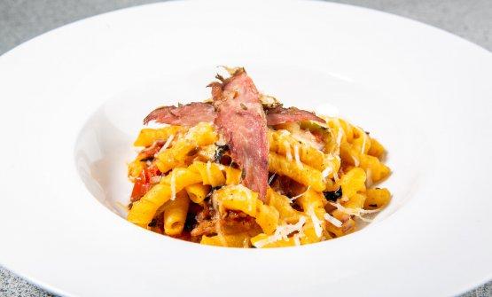 Fusilli con pomodoro alla brace, sponsale alla brace, carne affumicata e pecorino(con Rosato Bolgheri Cassiopea DOC di Poggi al Tesoro)