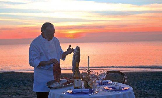 Lo chef Luciano Zazzeri, sulla spiaggia su cui aff