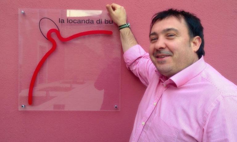 Antonio Pisaniello, dopo pi� di trent'anni di carriera, non ha alcuna intenzione di fermarsi: dopo aver lasciato Vico dello Spagnuolo per arrivare con il suo ristorante in�via Stigmatine, ha anche deciso di aprire una scuola di cucina, con cui trasferire ad altri le sue conoscenze