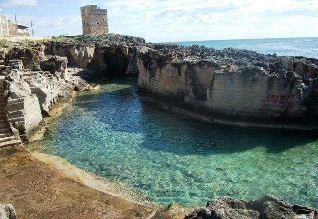 La bellissima piscina naturale di Marina Serra a Tricase, luogo da cui arriva lo chef Antonio Guida, del RistoranteSetadelMandarin Oriental Hotel: così come unaltro cuoco