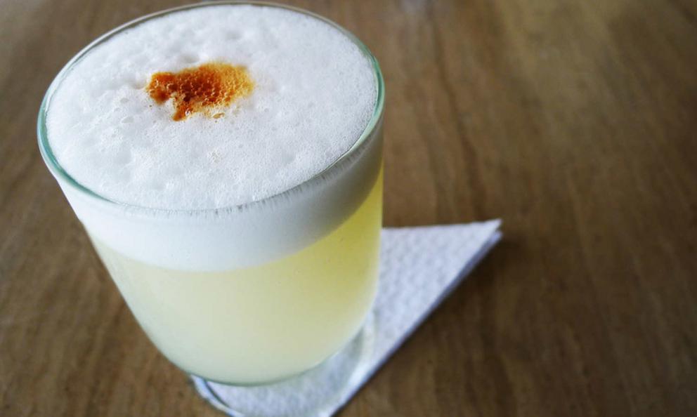 Pisco Sour, il cocktail simbolo del paese: tre parti di Pisco, una di succo di lime, una di sciroppo di zuccheroe albume d'uovo