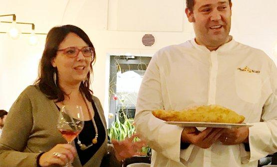 Luciana Squadrilli e Francesco Salvo, che mostra la sia pizza fritta