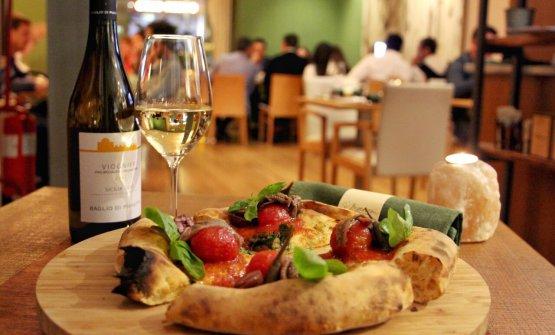 Pizza Eoliana con pomodoro pelato, alici ecapperi di Salina, firmata daAlessio Marchese e Fabio La Barbera