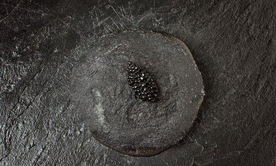 Pizza in black, uno dei piatti storici dello chef