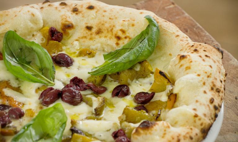 La pizza Le Par�le, con papaccella (peperoni ricci e tondi, tipici della zona), fior di latte della costa sorrentina, olive nere di Gaeta e basilico fresco. E' quella che porta il nome della pizzeria di Giuseppe Pignalosa, in via Benedetto Cozzolino 63, ad Ercolano. Tel. +39.081.7396494 o +39.349.1869290 (le foto sono di�Fabio Miracolo)