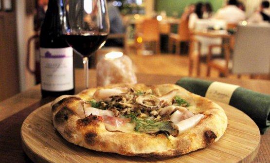 Pizza Sensazione con bufala, pomodoro del piennolo e lardo, firmata da Corrado Scaglione