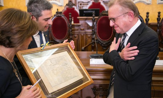 Federico Pizzarotti, mayor of Parma, offers an ancient print of the city to Richard Geoffroy