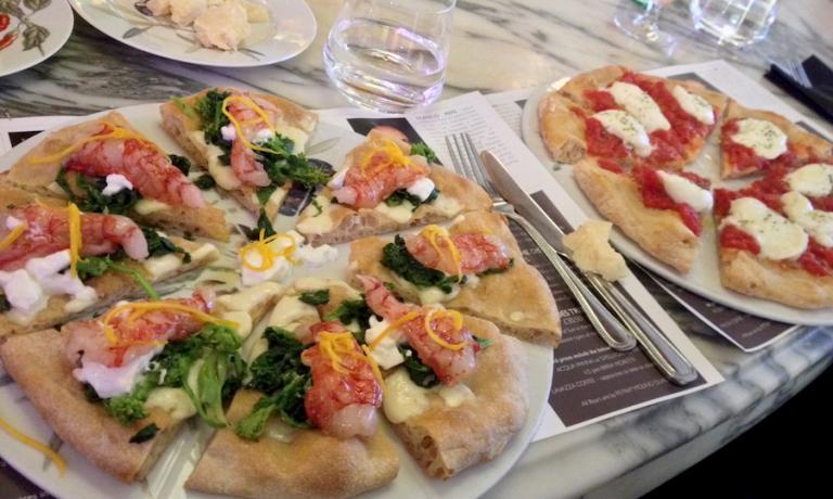 Due delle pizze proposte da Simone Padoan, dei Tigli a San Bonifacio in provincia di Verona. A sinistra quella chiamata Dalla terra al mare evocato dai gamberi rossi di Mazara in Sicilia e la Margherita Tigli-style