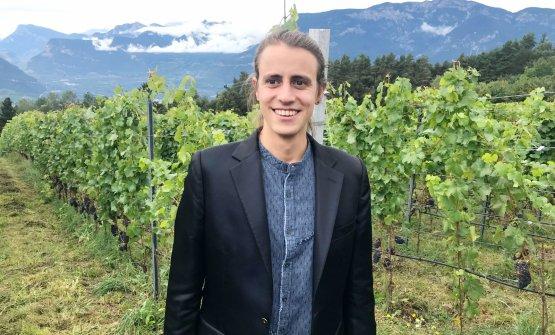 Franz Haas davanti ai vigneti di Pinot Nero