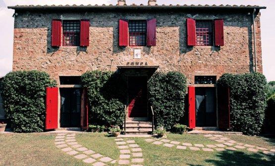 Le portine rosse caratterizzano il Podere Conca, tanto da diventarne parte integrante del logo aziendale
