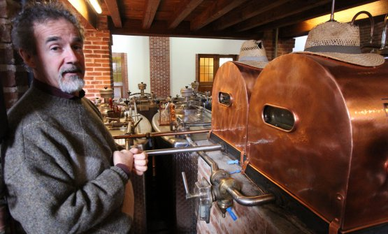 Jacopo Poli all'interno della distilleria