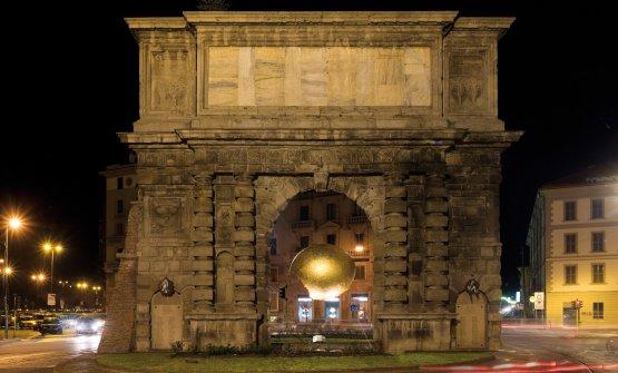Porta Romana a Milano con, al centro, l'instal