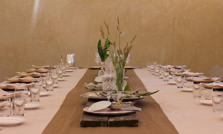 L'allestimento della tavola per il più recente Postrivoro, che a metà luglio aveva avuto come protagonisti il cuoco australiano Dave Pynt e il sommelier italiano Nicola Massa