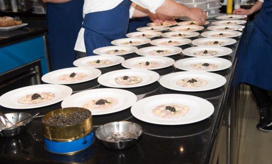 Storione marinato al melograno, mele golden, salsa di ostriche, foglie di peperoncino e caviale
