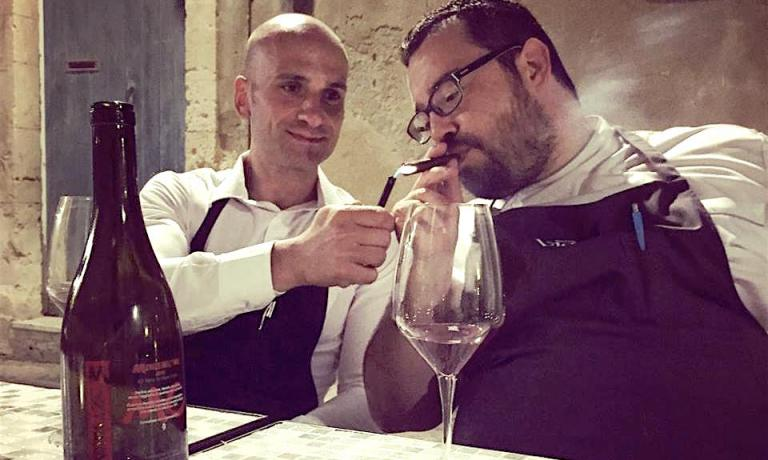 Carmelo Iozzia Rossi,maître e sommelier, e lo chef Salvatore Vicari sono le due anime del ristorante Vicari di Noto, nonché gli autori di questo articolo