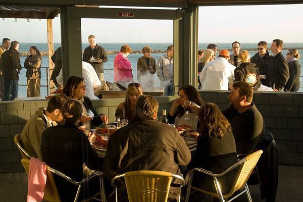 La gente si mette in coda daSam's Chowder Housead Half Moon Bay, mezz'ora a sud di San Francisco:calamari di Monterey, salmone dell'Alaska e granchi locali