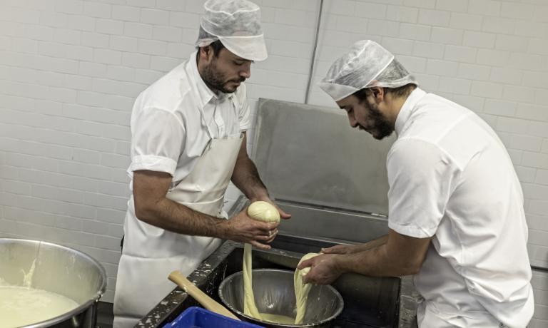 La mozzarella danese che ha stregato Carlo Petrini. Chi la fa? Christian Puglisi al Baest (in foto, a sinistra). Approfondimenti qui